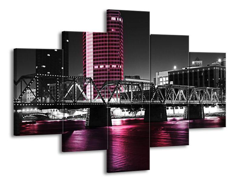 Kovový most přes řeku fialová