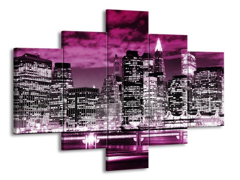 Velkoměsto zahalené fialovým oblakem