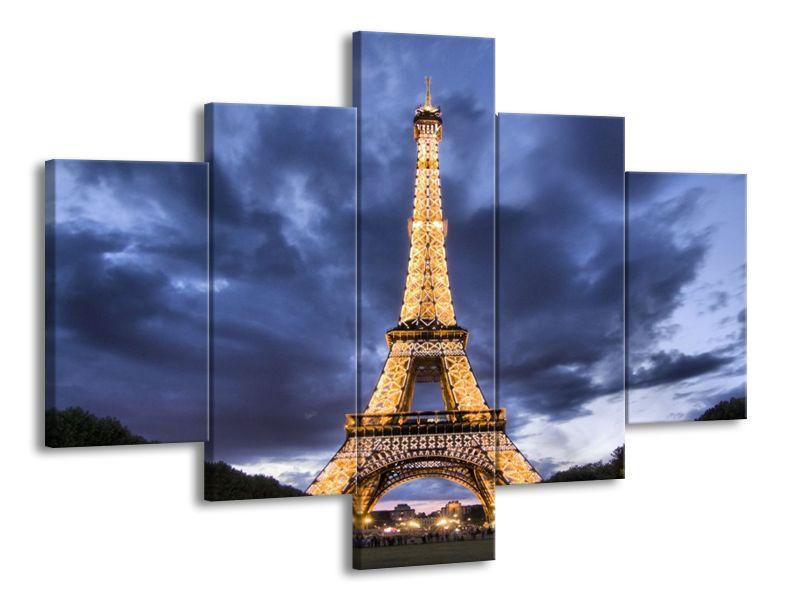 Eiffelova věž pod zamračeným nebem