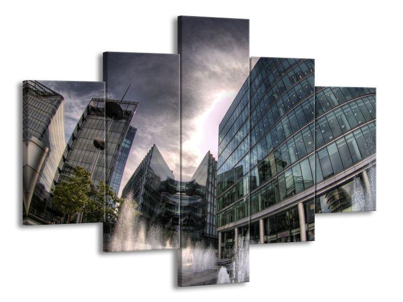 Skleněné budovy pod šedým nebem