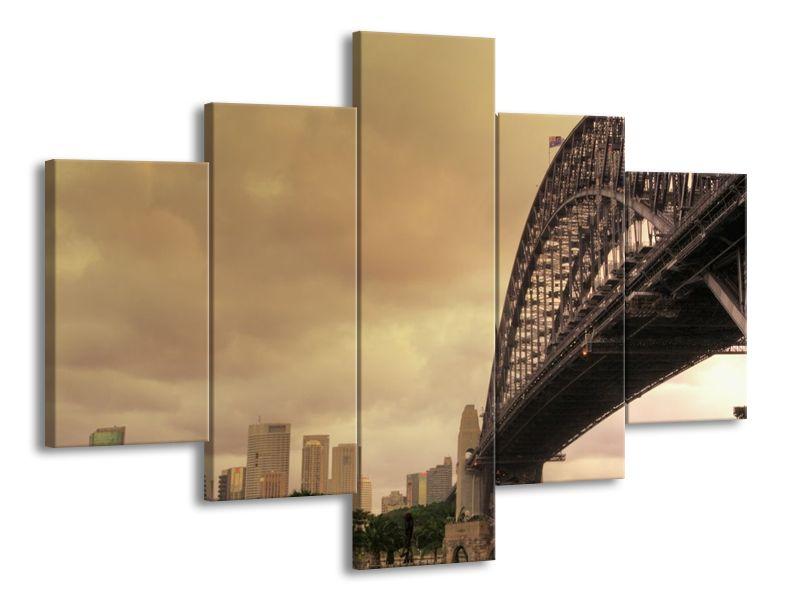Most s městem v pozadí