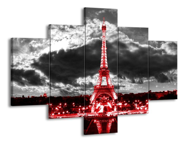 Eiffelova věž červená pod mraky