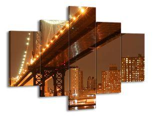 Velkoměsto ve tmě s mostem