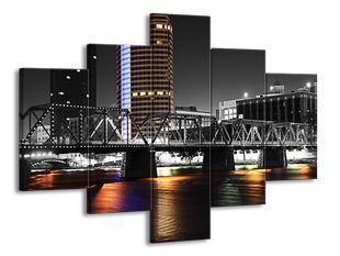 Kovový most v noci