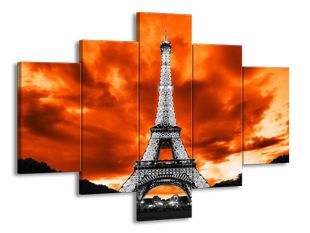 Eiffelova věž pod oranžovým nebem