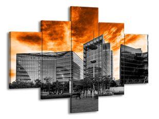 Budovy pod ohnivým nebem