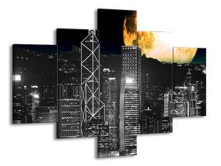 Zářící měsíc a mrakodrapy černobíle