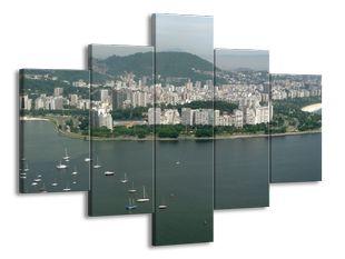 Město s loděmi na řece