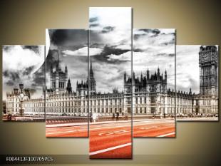Westminsterský palác s měsícem