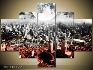 Město a velký měsíc