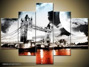 Tower Bridge za měsíčního svitu černobíle