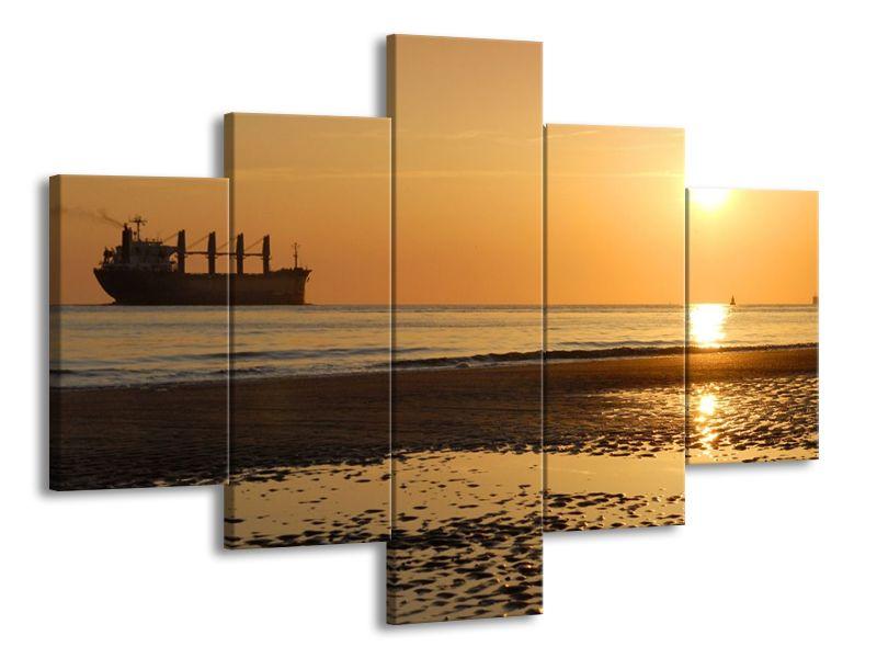 Nákladní loď a západ slunce