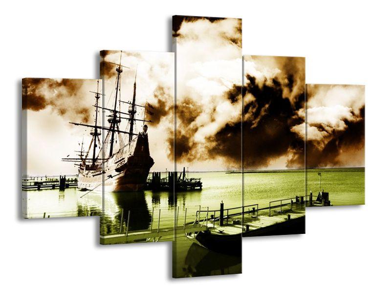 Lodě v přístavu a zamračené nebe
