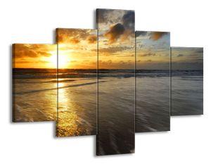 Západ slunce na vlnách moře