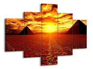 Pyramidy v poušti při západu slunce