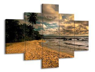 Písečná pláž pod mraky