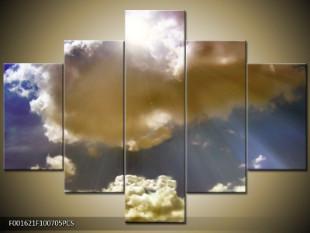 Sluneční paprsky pod mraky
