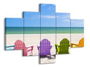 Barevná křesla na pláži