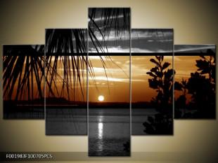 Západ slunce nad hladinou