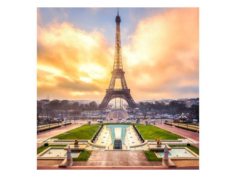 Eiffelova věž zalitá sluncem