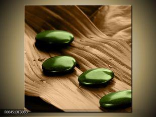 Zelené kamínky na listě