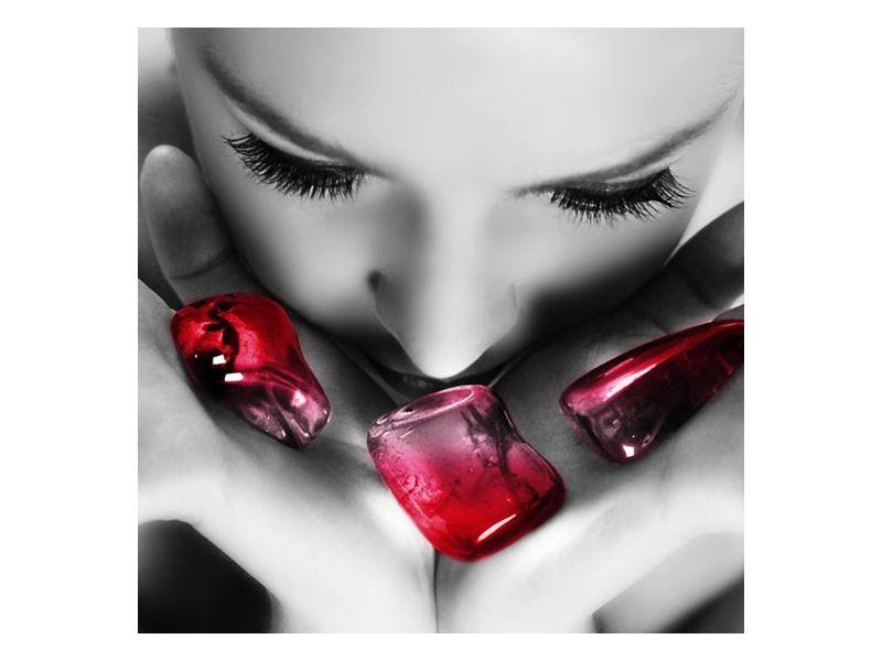 Červené kameny v rukou