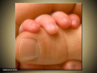 Palec v dětské ručce