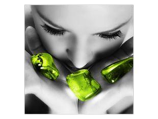Smaragdové kameny v rukou