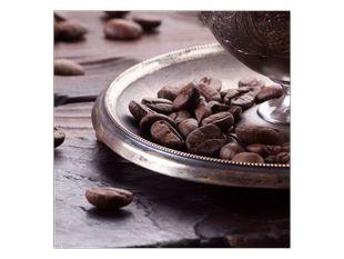 Kávová zrna na podnose