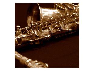 Saxofon na stole