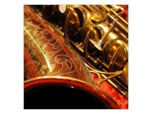 Saxofon v červeném pouzdře