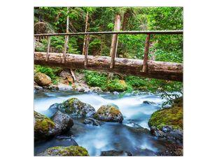 Dřevěný most přes řeku