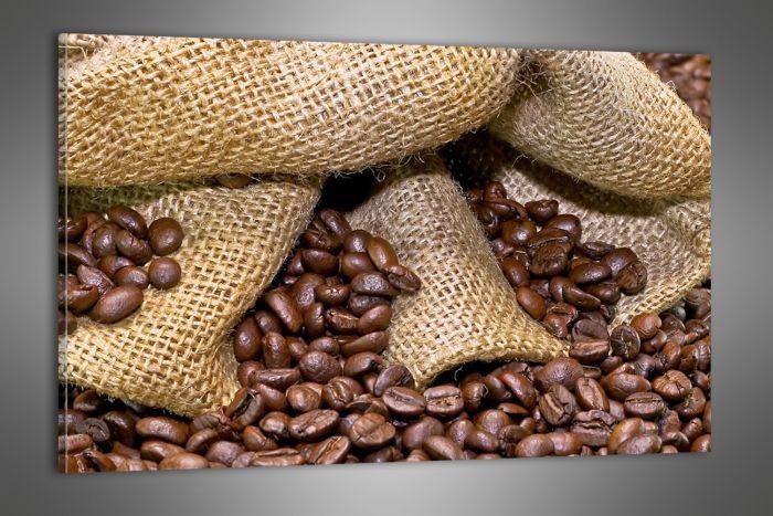 Kávové zrna se sypou z pytle