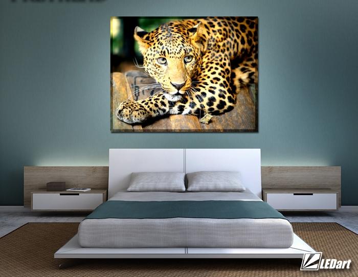 Svítici tygr nad postelí